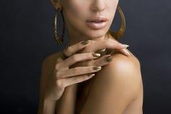 Vrouwen met Gouden Samenstelling, Handen met Gouden Manicure makeup royalty-vrije stock foto's