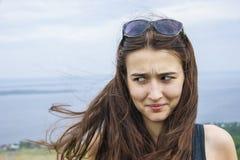 Vrouwen met grappige gezichtsuitdrukking royalty-vrije stock afbeeldingen