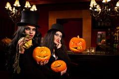 Vrouwen met Halloween-pompoen stock afbeeldingen