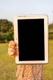 Vrouwen met in Hand Tablet royalty-vrije stock afbeelding
