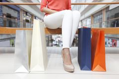 Vrouwen met het winkelen zakken Stock Foto