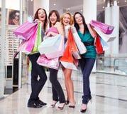 Vrouwen met het winkelen zakken bij winkel royalty-vrije stock fotografie