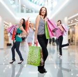 Vrouwen met het winkelen zakken bij winkel royalty-vrije stock afbeelding