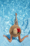 Vrouwen met Hoed in Pool Royalty-vrije Stock Foto