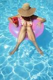 Vrouwen met Hoed in Pool Stock Foto's