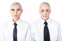 Vrouwen met kort haar die de kleren van mannen dragen Stock Afbeeldingen