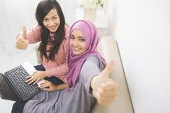 Vrouwen met laptop Stock Afbeeldingen
