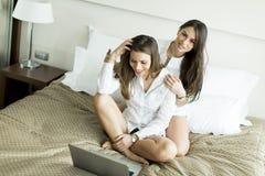 Vrouwen met laptop Royalty-vrije Stock Afbeeldingen
