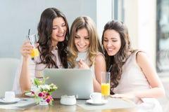 Vrouwen met laptop Royalty-vrije Stock Afbeelding