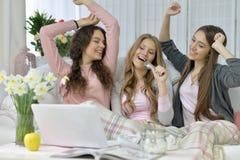 Vrouwen met microfoon en laptop Stock Foto