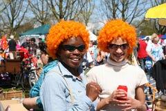 Vrouwen met oranje pruiken in Kingsday in Amsterdam Royalty-vrije Stock Foto's