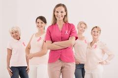 Vrouwen met roze linten Stock Afbeeldingen