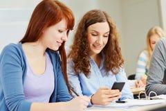 Vrouwen met smartphone op universiteit royalty-vrije stock fotografie