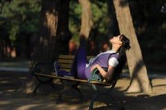 Vrouwen met stoel Stock Foto's