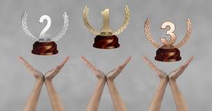 Vrouwen met trofeeën op handen Stock Afbeelding