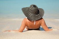 Vrouwen met zonhoed in het overzees Royalty-vrije Stock Afbeeldingen