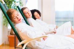 Vrouwen in ontspanningsruimte van wellness spa Stock Foto's