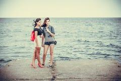 Vrouwen op achtergrond van het overzees Royalty-vrije Stock Fotografie