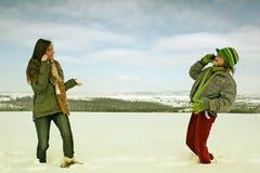Vrouwen op cellphones in de winter royalty-vrije stock foto