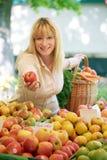 Vrouwen op de fruitmarkt Stock Foto