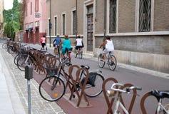 Vrouwen op fietsen op de straten van Italië Stock Afbeeldingen