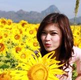 Vrouwen op gebied van zonnebloemen stock afbeelding