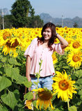 Vrouwen op gebied van zonnebloemen stock fotografie