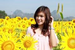 Vrouwen op gebied van zonnebloemen royalty-vrije stock afbeelding