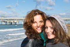 Vrouwen op het strand Stock Afbeeldingen