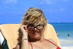 Vrouwen op het strand Royalty-vrije Stock Afbeeldingen