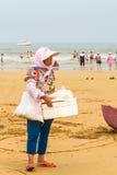 Vrouwen op het strand om snacks te kopen Royalty-vrije Stock Fotografie