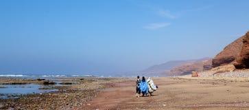 Vrouwen op het strand van Sidi Ifni Stock Afbeeldingen
