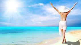 Vrouwen op het zonnige tropische strand stock afbeelding