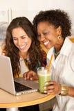 Vrouwen op Laptop Royalty-vrije Stock Afbeelding