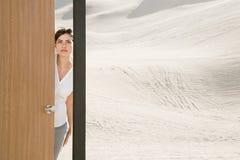 Vrouwen openingsdeur in woestijn Royalty-vrije Stock Fotografie
