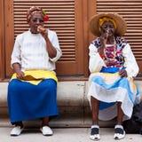 Vrouwen in Oud Havana dat Cubaanse sigaren rookt Stock Foto