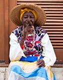 Vrouwen in Oud Havana dat Cubaanse sigaren rookt Royalty-vrije Stock Foto