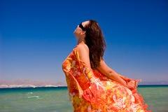 Vrouwen in pareo op vakantie Stock Afbeeldingen