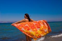 Vrouwen in pareo op vakantie Stock Foto's