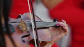 Vrouwen in rode kledingsmusicus het spelen viool extra stock videobeelden