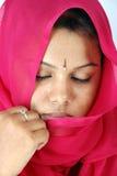 Vrouwen in rode sluier Stock Fotografie