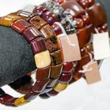 Vrouwen` s armbanden van halfedelstenen Showcase in de winkel royalty-vrije stock afbeeldingen