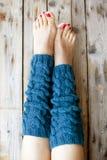 Vrouwen` s benen in gebreide legwarmers Royalty-vrije Stock Afbeelding