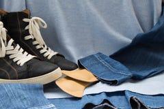 Vrouwen` s blauwe laarzen met een wit die met orthopedische binnenzolen rijgen Stock Foto's