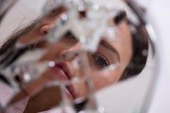 Vrouwen` s Gezicht in Gebroken Spiegel stock afbeeldingen