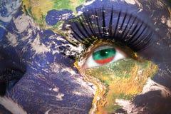Vrouwen` s gezicht met aardetextuur en Bulgaarse vlag binnen het oog Royalty-vrije Stock Afbeeldingen