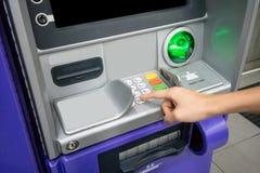 Vrouwen` s hand die ATM gebruiken Bedrijfsvrouw die een ATM-machine met behulp van stock afbeelding