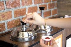 Vrouwen` s hand die de ketchuppomp pompen Stock Foto's