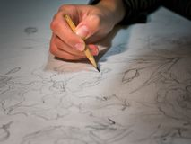 Vrouwen` s hand een potlood en trekken die bloemen op watercolo houden Stock Illustratie