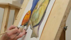 Vrouwen` s hand het schilderen pompoenstilleven met waterverf op schildersezel stock videobeelden